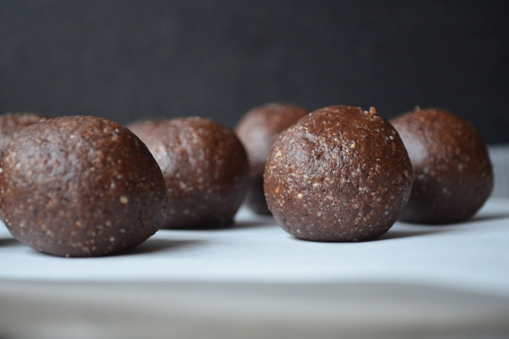 {Recipe} Raw Chocolate Bliss Balls | A fudgy, four ingredient recipe that requires no cooking or baking. Perfect for toasty, lazy Summer days.
